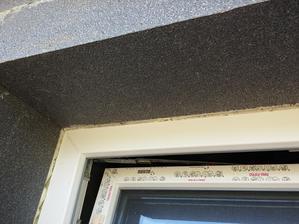 Detail osadenia fasádneho EPS okolo rámov okien. EPS je osadený zarovno s rámom. Neskôr sa tieto ostenia ešte budú upravovať.