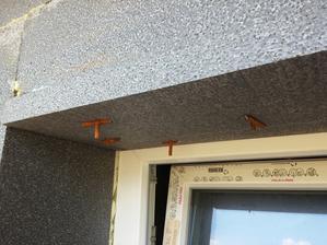Nalepená EPS doska na ostenie a prichytená špeciálnymi príchytkami :). Cca 2/3 rámov sú prekryté fasádnym EPS. Prekrytie rámov okien v prípade nepredsadenej montáže je nevyhnutnosťou z dôvodu eliminácie tepelných mostov.