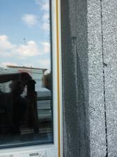 Po úprave ostení sa na okenné rámy nalipili APU lišty.