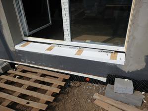 Spodné časti dverí sú riešené iným spôsobom. Pripravili sa dosky z EPS 150S do ktorých sa vlepili kusy OSB dosiek. Tieto dosky budu slúžiť ako pevný podklad pre osadenie schodov a terasy.