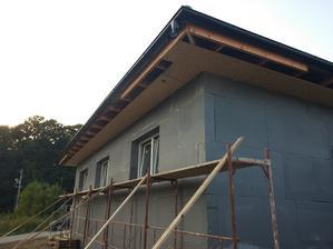 Podbitie strechy pozostáva z OSB 3 dosiek hrúbky 15 mm, ktoré sa prichytávali pomocou drevoskrutiek 4x50 mm. OSB dosky 2500x675 sú perodrážka, čo urýchľuje a uľahčuje prácu.