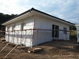 Po uschnutí podkladu tvoreného dvomi vrstvami stavebného lepidla so sklotextilnou sieťkou sa celá fasáda domu napenetrovala penetračným náterom Baumit Uniprimer.