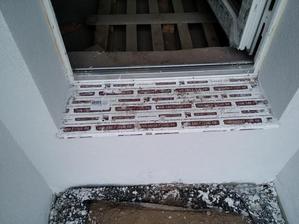 Hliníkový parapet hr. 1 mm bol osadený aj pred vchodovými dverami a dverami na terasu. Parapet plní mechanickú ochranu tepelnej izolácie a chráni ju pred prípadným zatekaním vody. Neskôr sa táto čast prekryje konštrukciou schodiska.