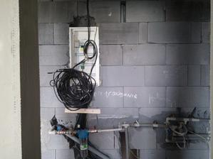 Po vysekaní drážok v murive sa osadila rozvodnica pre elektroinštaláciu, následne sa uložila kabeláž pre elektro, internet, TV a zebezpečovaciu techniku.
