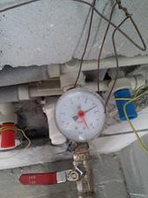 Tlaková skúška vodovodného potrubia. Kontrola po pár dňoch - bez zmeny tlaku. Rozvod vody v poriadku.