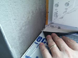 Parapety v zasade montovat pred omietkami! Omietka nasledne pekne prekryje vzniknutu skaru medzi ostenim a parapetom.