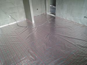 Na EPS sa natiahla fólia s rastrom (raster uľahčí prácu montáže rúrok). Spoje sa prelepili klasickou širokou priesvitnou páskou.