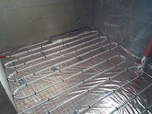 V kúpeľni a vo WC je rozostup rúrok cca 15 cm. Týmto sa v týchto miestách zvýši výkon podlahového kúrenia.
