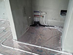 Zapojený rozdeľovač podlahového kúrenia.