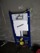 Konštrukcia závesného WC Geberit Unifix osadená a pripevnená pomocou Fischer kotiev, závitových tyčí, podložiek a matíc. Systém Unifix oproti systému kombifix považujem za stabilnejší. Pri stenách z pórobetónu to platí dvojnásobne.