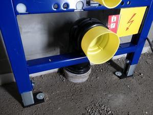 Detail napojenia na odpad. Konštrukcia sa obmuruje čo poriadne spevní spodnú časť konštrukcie.