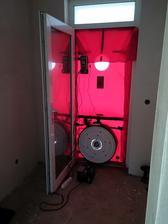 Kontrolné zariadenie vo vchodových dverách osadené a pripravené na meranie.