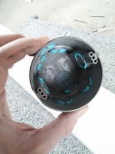 Na pretmelenie je najlepšie použiť prst aby sa tmel pretlačil až do vnútra krabice. Po uschnutí sa krabica osadí rovnakým spôsobom ako bez tohto opatrenia (vylomí sa potrebný otvor, prestrčí kábel a zasadruje).