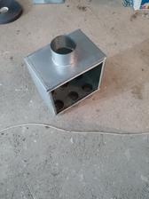 Tzv. rozdeľovací box. V tomto boxe sa vzduch z rekuperačnej jednotky rozdelí medzi jednotlivé vetvy.