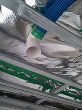 Následne sa osadilo plastové koleno. Do SDK dosky sa vyreže otvor a následne osadí kovová výustka