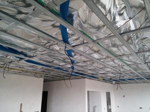 Rozvody vzduchotechniky ako aj kabeláž pre budúce svietidlá sú pripravené.