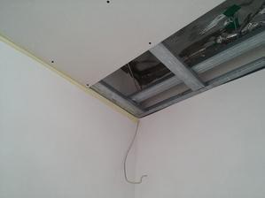 Tzv. klzné napojenie sadrokartónového stropu na murované steny. Pod UD profil sa na stenu nalepila klasická maliarska papierová páska