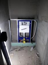 """Obmurovanie """"Geberitov"""" sadrokartónom. Spodná časť sa zaliala betónom, čím sa WC úplne zastabilizuje."""