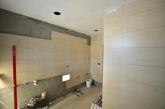 Gresová dlažba formátu 30 x 60 cm hrúbky 9 mm. Rovnaká dlažba sa použila na podlahy aj na steny. Žiadné listely, ani používanie rôznych dekorov.
