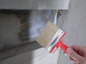 Sprchovací kút bude bez vaničky so sklenenou zástenou. V prvom rade sa pripravené steny prebrúsili (aby neobsahovali ostré časti) a napenetrovali z dôvodu zjednotenia savosti podkladu