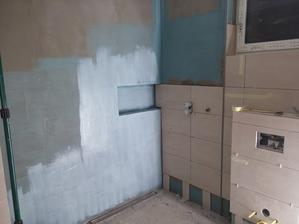 Do steny medzi dlždice sa vertikálne osadil klasický hliníkový U profil, do ktorého sa vloží sprchová zástena. Al profil sa podlepil Mamutom.