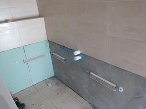 Logika hovorí, že vaňu je vždy lepšie umiestniť pod obklad. Ak steká voda po obklade, tak tá stečie po vani dole a nebude sa zdržiavať v kútoch.