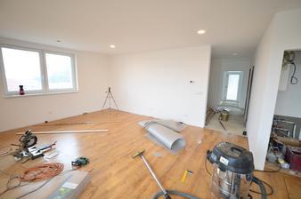 Pokládka podlahy išla veľmi rýchlo. Za dva dni som ju položil sám v celom dome. Ďalší pol deň zabrala príprava lištovania.