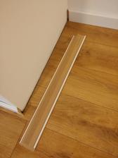 Biela podlahová lišta. Povrch lišty je pretierateľný akrylatovými farbami.