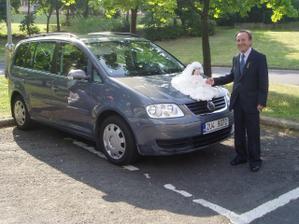 Můj děda u auta nevěsty.