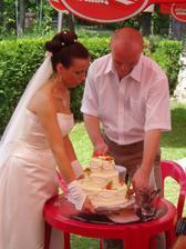 Rozkrojení svatebního dortu jsem nechala čistě na manželovi :-).