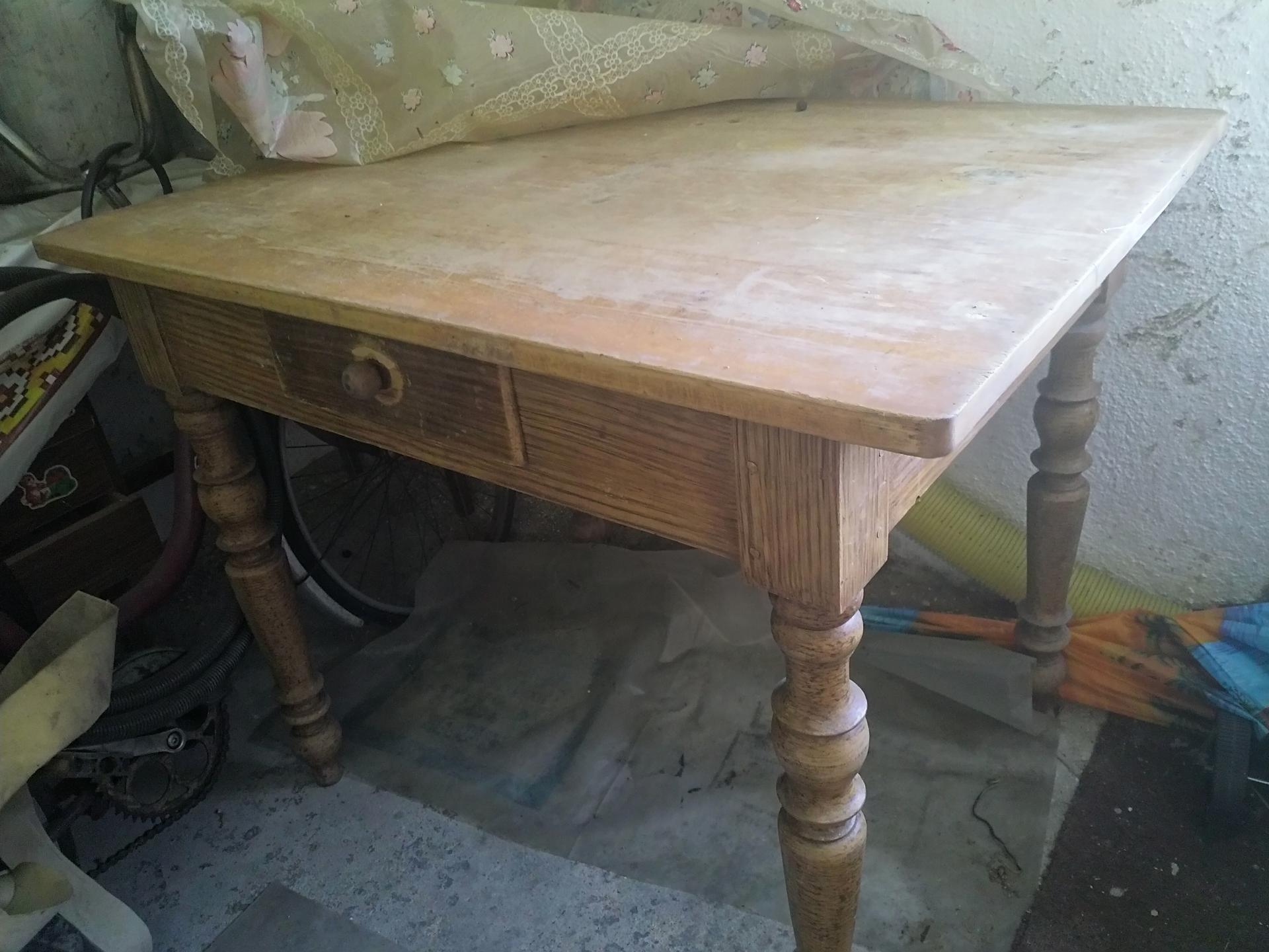Dobrý deň,vedeli by ste poradiť ako zrenovovať tento stôl? - Obrázok č. 1