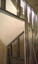prostor pod schodištěm bude součástí malé koupelny, ve výklenku bude pračka