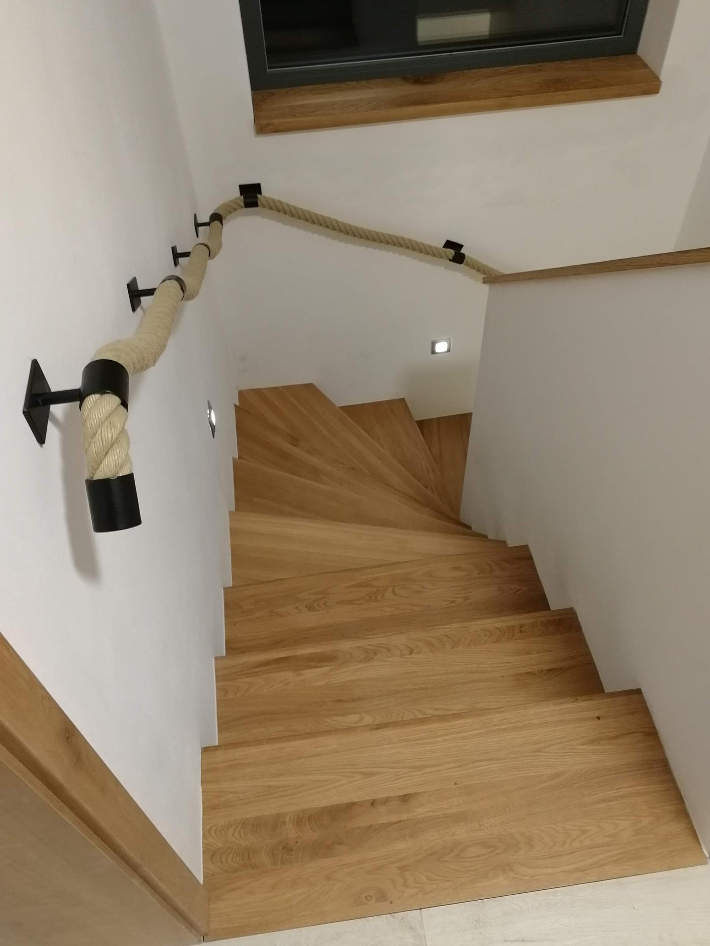 Ahoj všem, je tu někdo, kdo má na schodišti toto zábradlí z lana, viz foto? Prosím, jaké lano jste kupovali, aby bylo příjemné na dotek, popřípadě odkud. Děkuji za info :) - Obrázek č. 1