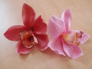 umelé kvety na stoly