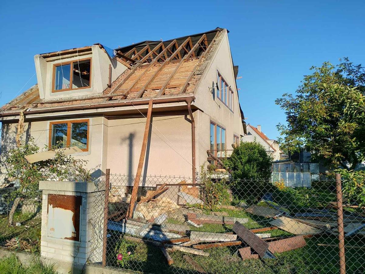 Starosti se střechou - Na fotografii původní pultový vikýř, který budeme předělávat na sedlový.
