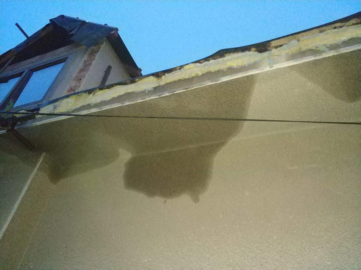 Starosti se střechou - Minerální vata jak houba a skrz nacucanou vatu teče a promáčí se celé zdi po obvodu:-(