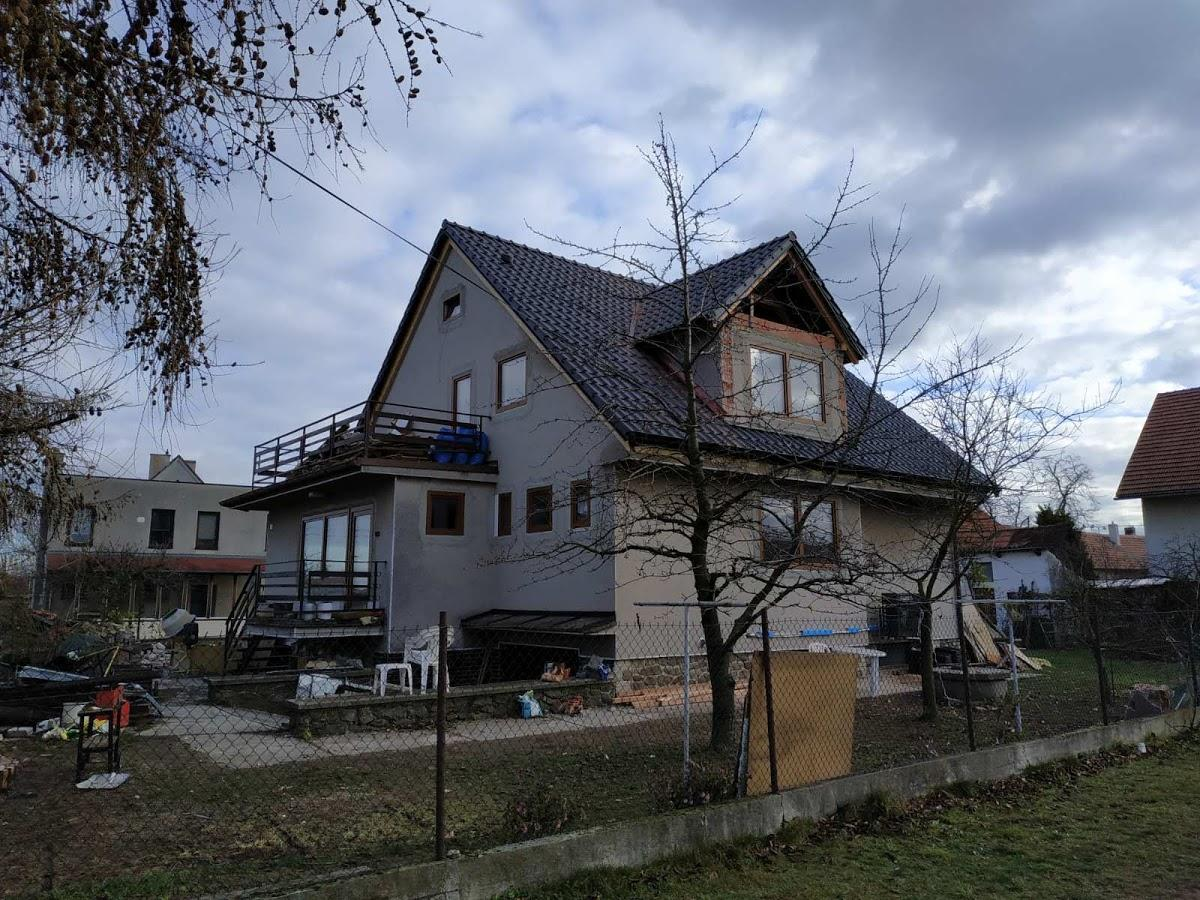 Střecha je konečně hotová - pohled ze strany zrekonstruovaného vikýře