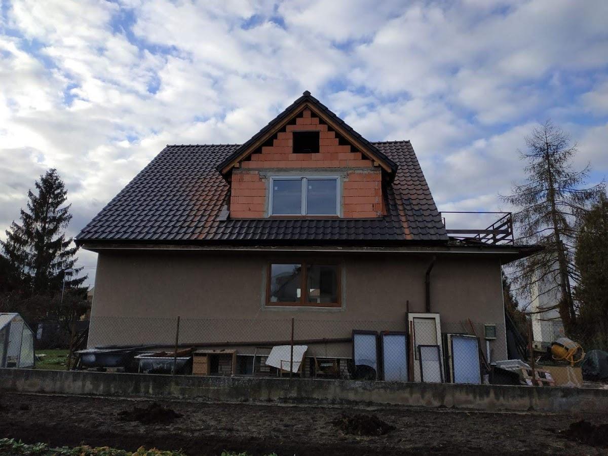 Střecha je konečně hotová - pohled ze strany úplně nového vikýře