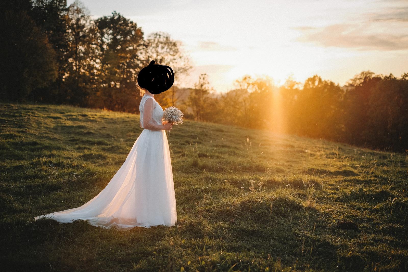 Svatební šaty s vlečkou, korálky a holými zády - Obrázek č. 1