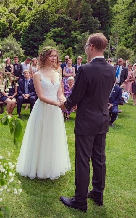 Svatební šaty s holými zády od návrhářského dua Kabelková a Oplocká - Obrázek č. 2