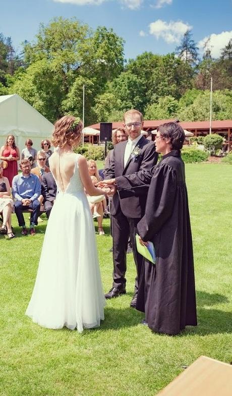 Svatební šaty s holými zády od návrhářského dua Kabelková a Oplocká - Obrázek č. 4