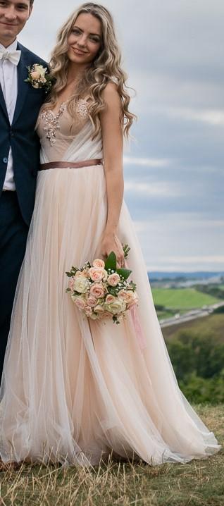 Krémové tylové svatební šaty se zdobením v oblasti dekoltu - Obrázek č. 1