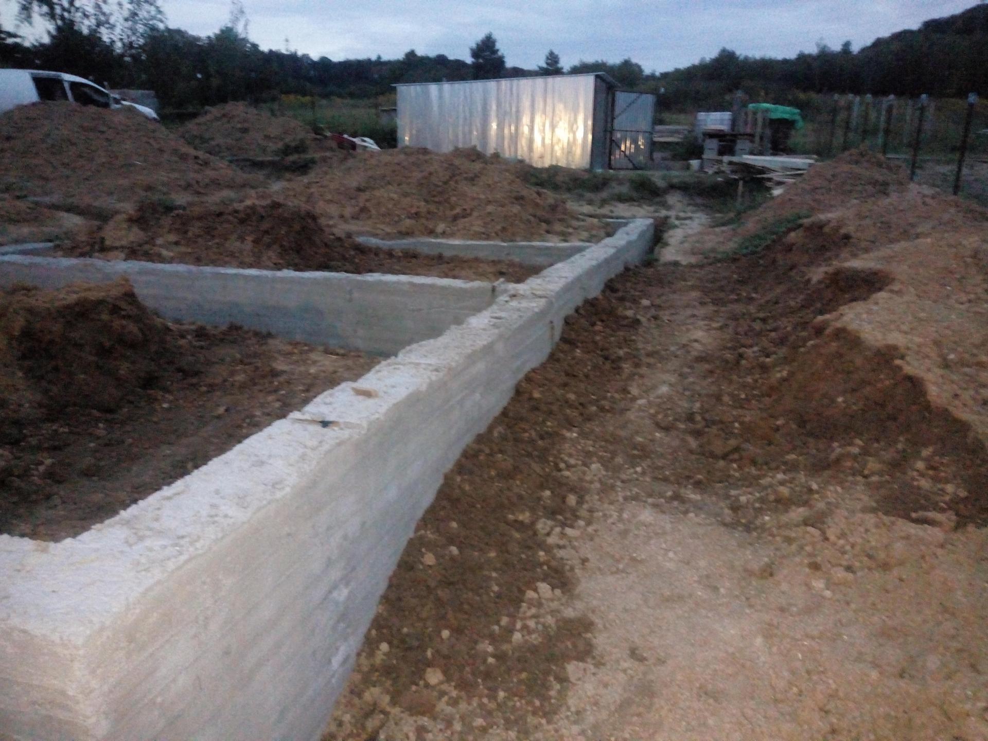 Příprava pozemku, bednění, základy, opěrka, bouda, plot - Obrázek č. 50
