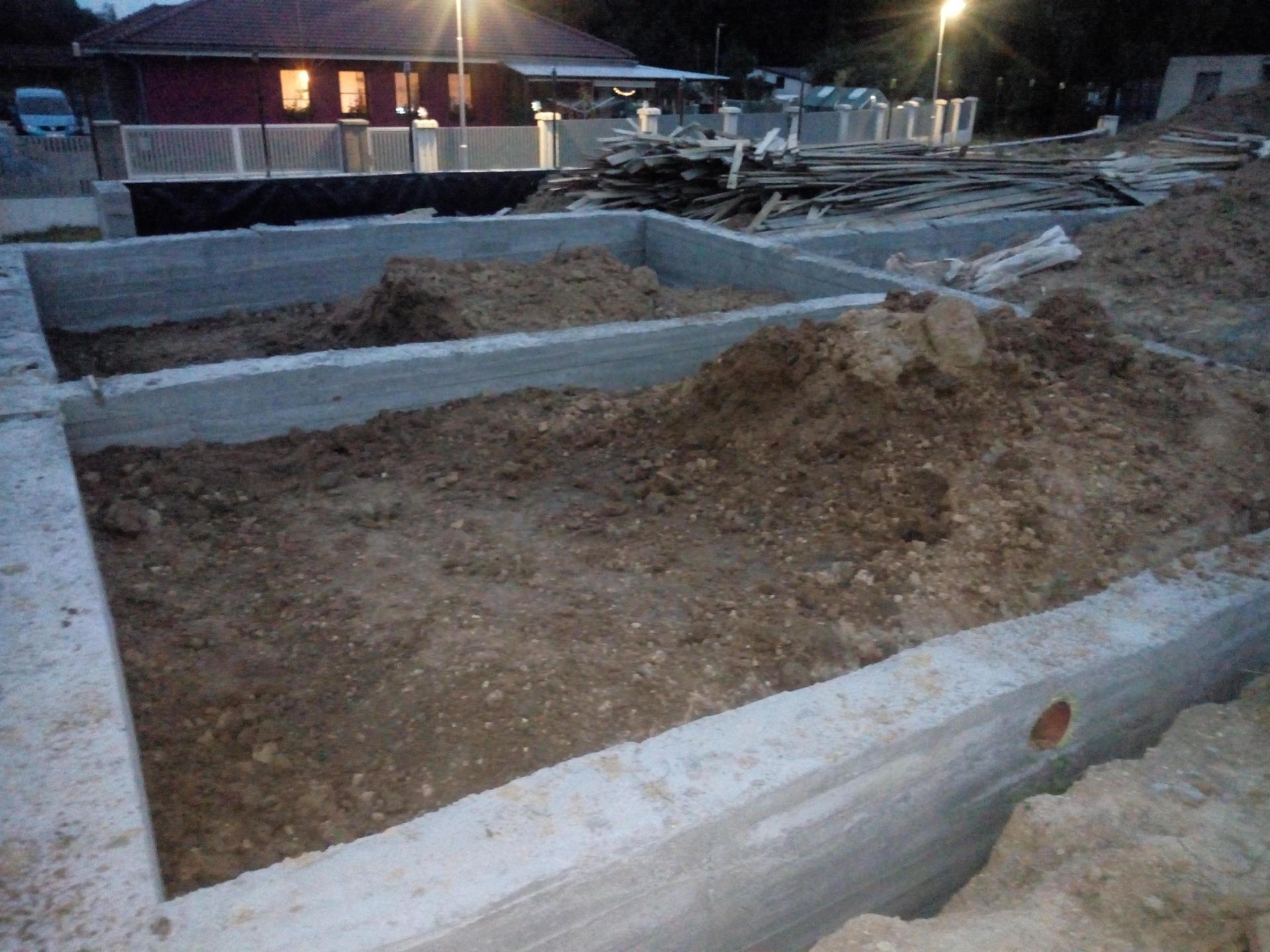 Příprava pozemku, bednění, základy, opěrka, bouda, plot - Obrázek č. 63