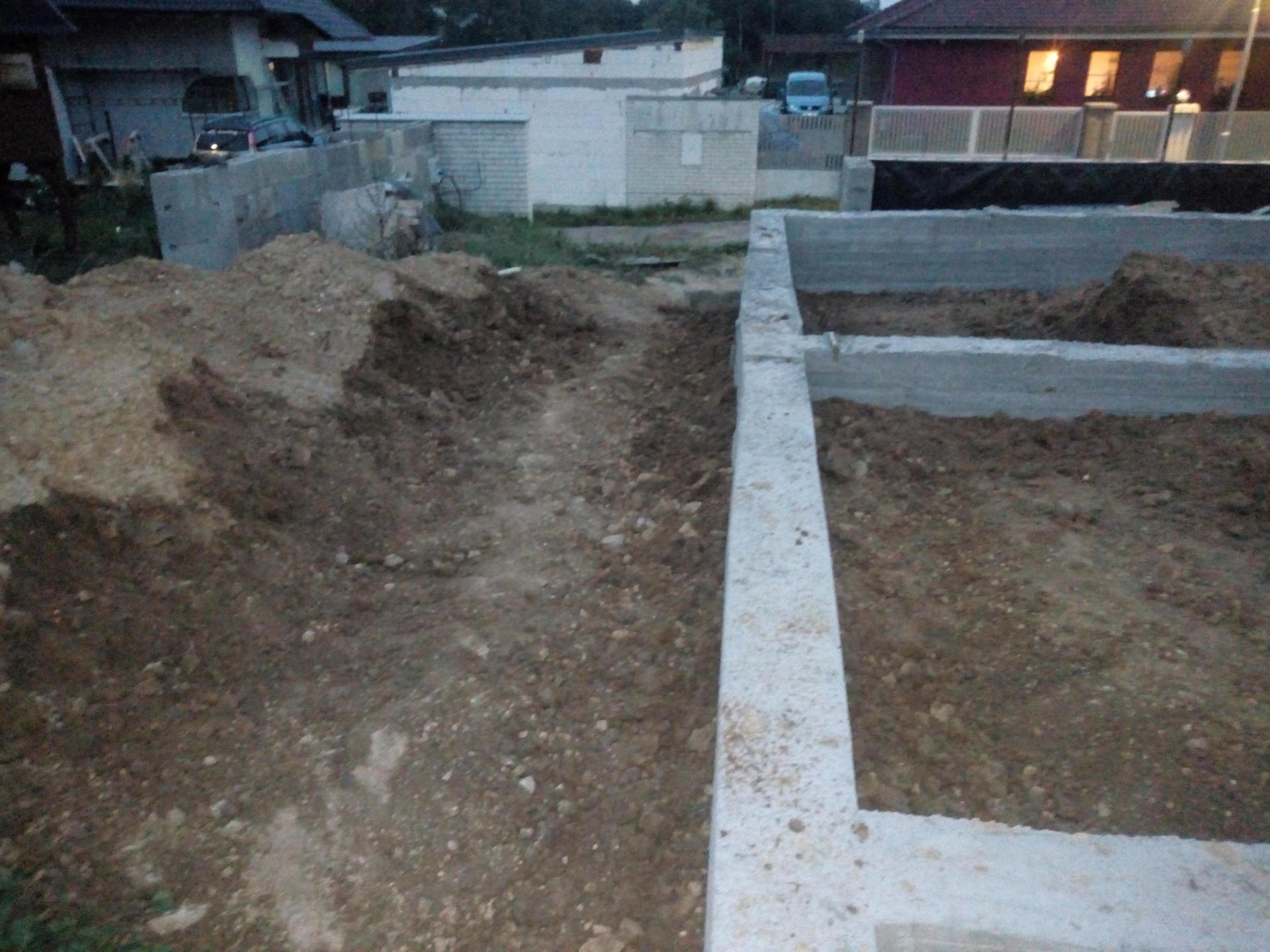 Příprava pozemku, bednění, základy, opěrka, bouda, plot - Obrázek č. 66