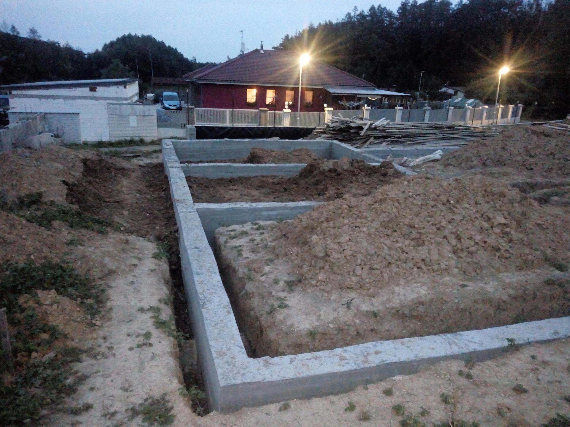 Příprava pozemku, bednění, základy, opěrka, bouda, plot - Obrázek č. 68