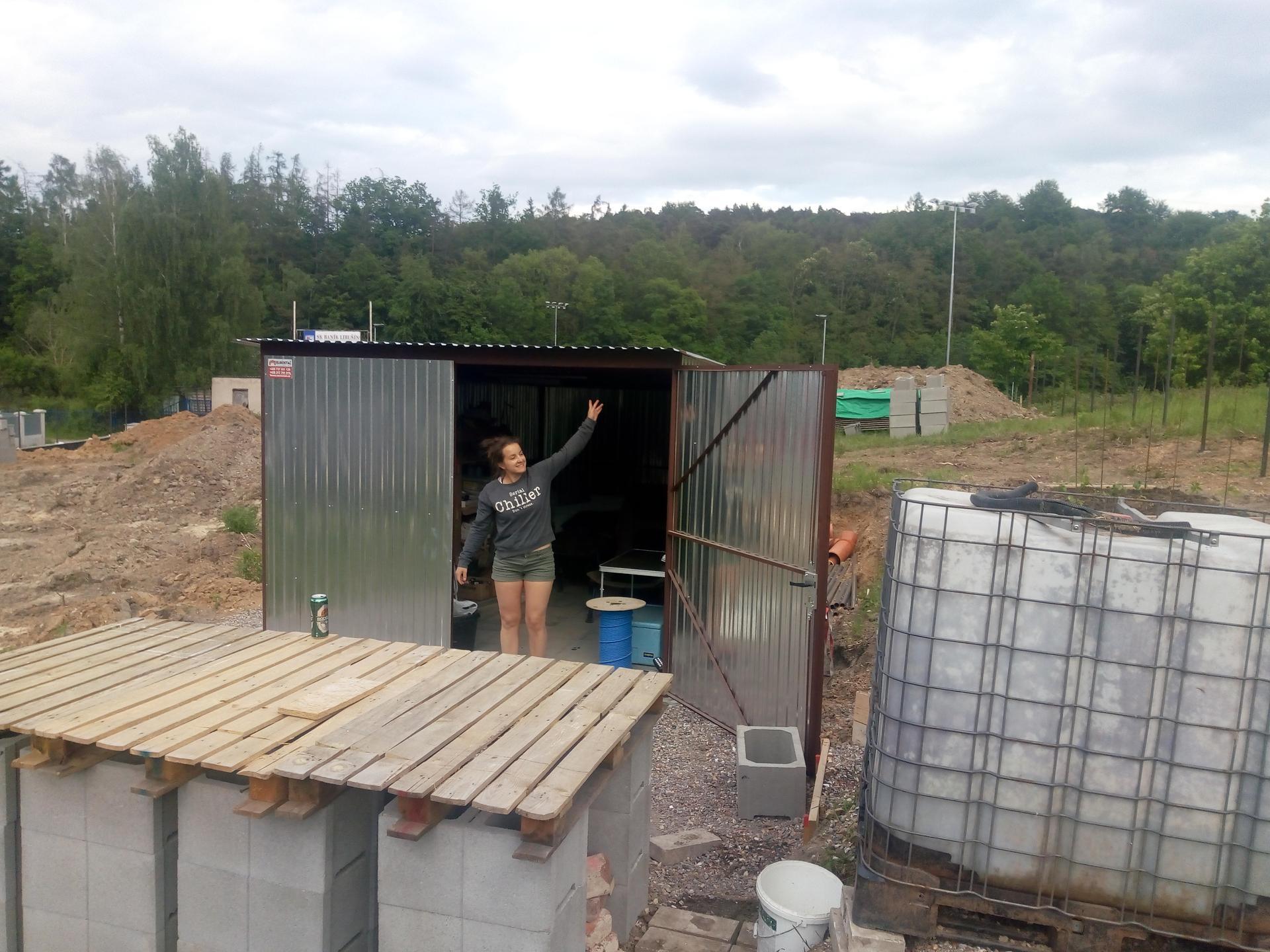 Příprava pozemku, bednění, základy, opěrka, bouda, plot - Obrázek č. 53