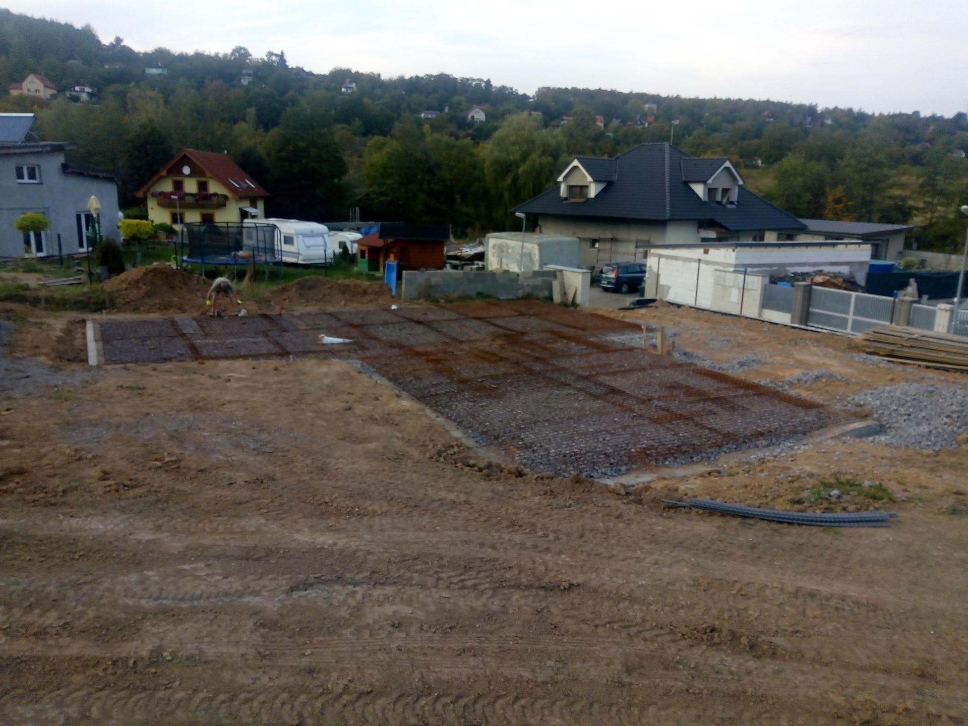 Příprava pozemku, bednění, základy, opěrka, bouda, plot - Obrázek č. 29