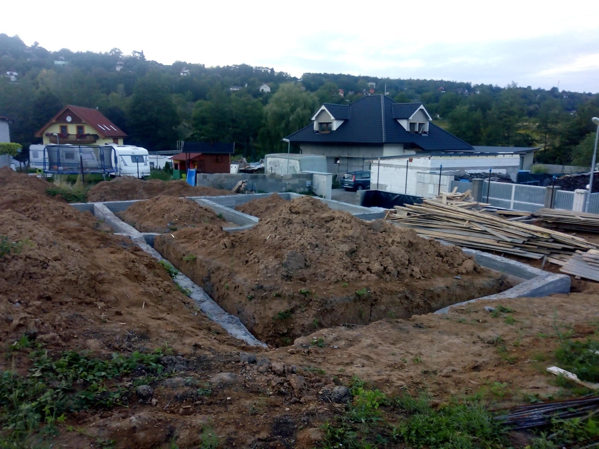 Příprava pozemku, bednění, základy, opěrka, bouda, plot - Obrázek č. 46