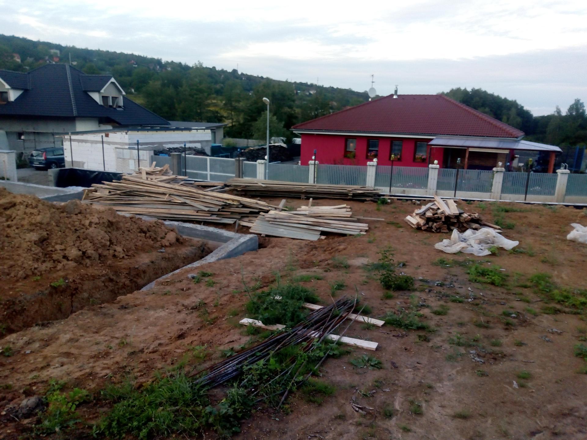 Příprava pozemku, bednění, základy, opěrka, bouda, plot - Obrázek č. 8